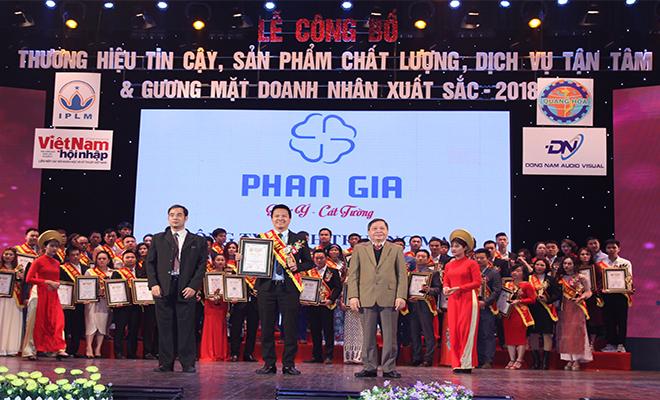 Phan Gia nhận danh hiệu tin cậy, sản phẩm chất lượng ,dịch vụ tận tâm và gương mặt doanh nhân xuất sắc 2018